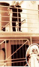 Ο Νίκος  Καββαδίας  στο πλοίο του  το 1970.  Στην ένθετη  φωτογραφία  ο Νίκος  Καββαδίας  μωρό  στη Ρωσία