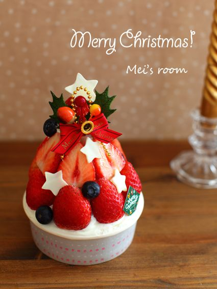 Pretty Food Ideas! .. Pipe whipped cream around the edge and fill center with fruits!  Need a Japanese Translator :) .. クリスマスに☆苺で簡単ツリーケーキ レシピ │ めいの部屋ブログ
