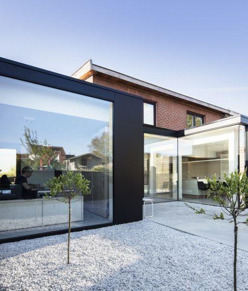 Licht staat centraal in deze woon-werkvriendelijke renovatie • Architect: www.ateliertwee.be (renovatie • bijbouw • aluminium • grote raampartijen • modern)