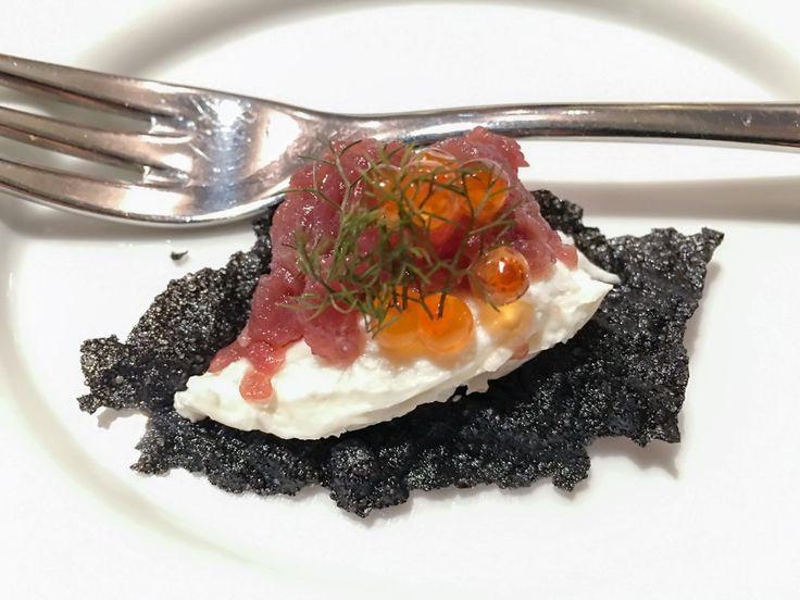 Tartara di tonno e cips al nero di seppia MissClaire - JB Restaurant - http://www.missclaire.it/foodbeverage/jb-restaurant-uno-tra-i-100-ristoranti-migliori-al-mondo/