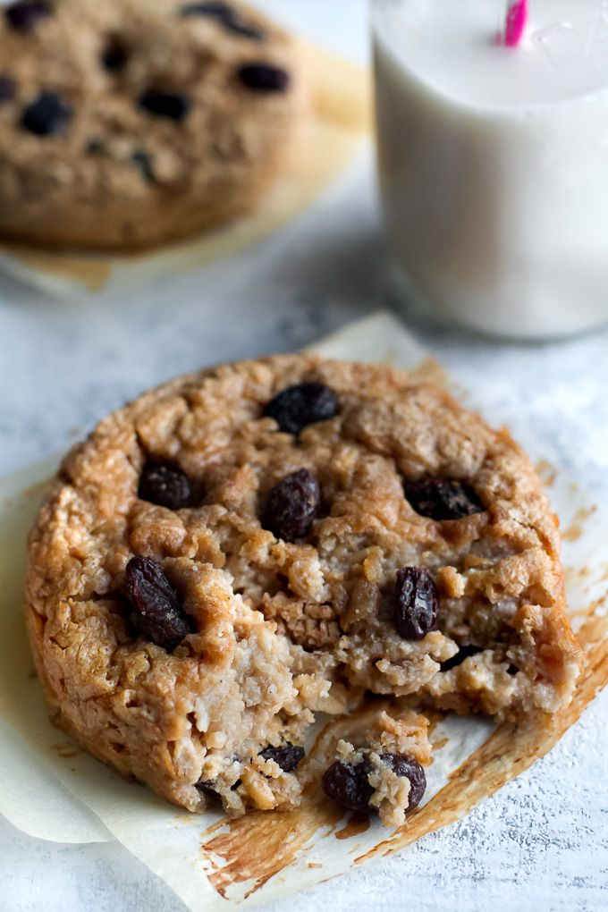 Ooey, gooey, and comforting! These Deep Dish Oatmeal Raisin Breakfast Cookies are a healthy way to enjoy dessert for breakfast and packed with complex carbs, protein, and fibre. Gluten-free & vegan. | runningwithspoons...