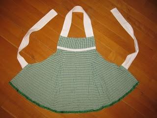 Saga i farver: Fra nederdel til forklæder  Two aprons from a skirt