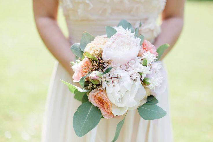 Brautstrauß mit weißen Pfingstrosen, prfirichfarbenen Rosen und Blättern bei www.weddingstyle.de   Foto: Julia Basmann