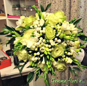 Bouquet di rose verdi GreenTea, bouvardia e fresie