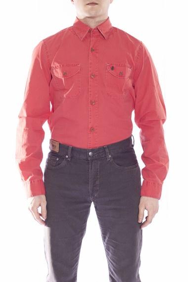 #MCS  camicia tinta unita manica lunga con contrasto interno  Bellissima camicia dal rosso acceso caratterizzata dal contrasto interno coi toni caldi dell'arancio. Dal gusto decisamente più sportivo, questa camicia è molto bella anche indossata aperta sopra le t-shirt stampate e con la manica arrotolata, proprio per far notare la finezza della colorazione. Inoltre la vestibilità asciutta e il doppio taschino la rendono un capo molto MCS che contraddistingue chi la indossa. $141
