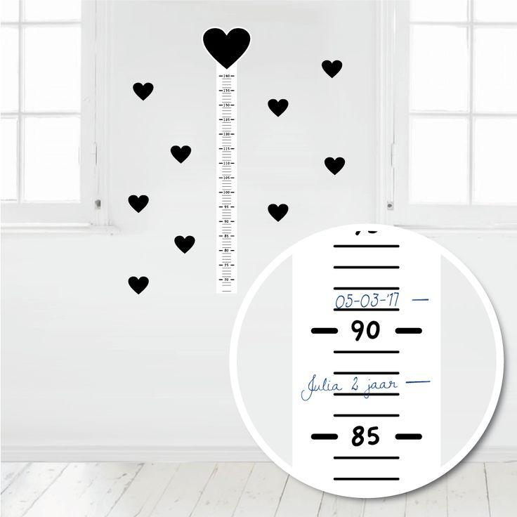 Deze muursticker meetlat is makkelijk met pen of watervaste stift te beschrijven. Op deze manier kun je de groei van je kindje leuk bijhouden. #muursticker #meetlat #groeimeter #hip #hart #zwart