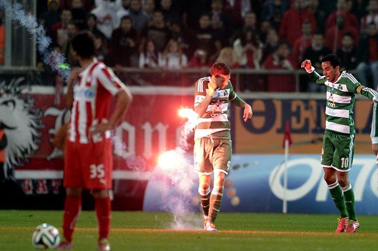 Olimpiakos taraftarının attığı meşale, Panathinaikos forması giyen Marcus Berg'e isabet etti.