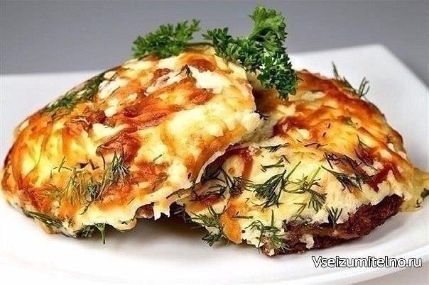 ТОП-6 РЕЦЕПТОВ МЯСА ПО-ФРАНЦУЗСКИ   1. Мясо по-французски с помидорами  ИНГРЕДИЕНТЫ:  Свиная шейка — 700 г  Лук — 1–2 шт.  Помидоры — 3–4 шт.  Сыр — 200 г  Майонез — 100 г  Соль, перец — по вкусу  Зелень — по вкусу  ПРИГОТОВЛЕНИЕ: 1. Свинину отбиваем через полиэтиленовую пленку. Солим, перчим, добавляем специи по вкусу. 2. В противень для запекания или форму наливаем растительное масло и выкладываем отбитые кусочки свинины. Лук нарезаем кольцами или полукольцами и, не разделяя его…