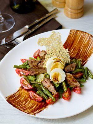 Салат с куриной печенью и бальзамической заправкой