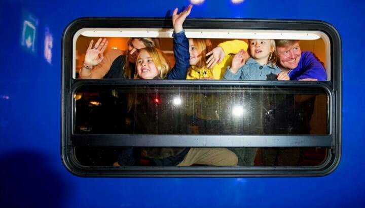 Met de trein naar Lech. Willem-Alexander, Máxima en de kinderen vertrokken vanaf station Amsterdam. De rest van de koninklijke familie is al in Lech, maar Willem-Alexander en Máxima moeten rekening houden met de schoolvakantie van de prinsesjes, die vandaag begon. Het is de eerste keer dat het koninklijke gezin per trein naar de wintersport reist. De koninklijke wagon is is daarvoor vastgemaakt aan de alpen-expres.