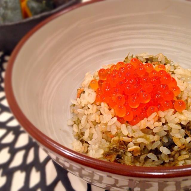 秋になると炊き込みご飯を食べたくなります とろろ昆布と桜えび そして、また北海道フェアに出くわしたので、イクラをたっぷり乗せて…贅沢 - 30件のもぐもぐ - 海野海藻店さんの料理 とろろ昆布と桜海老の炊き込みご飯 イクラたっぷり by yukis69