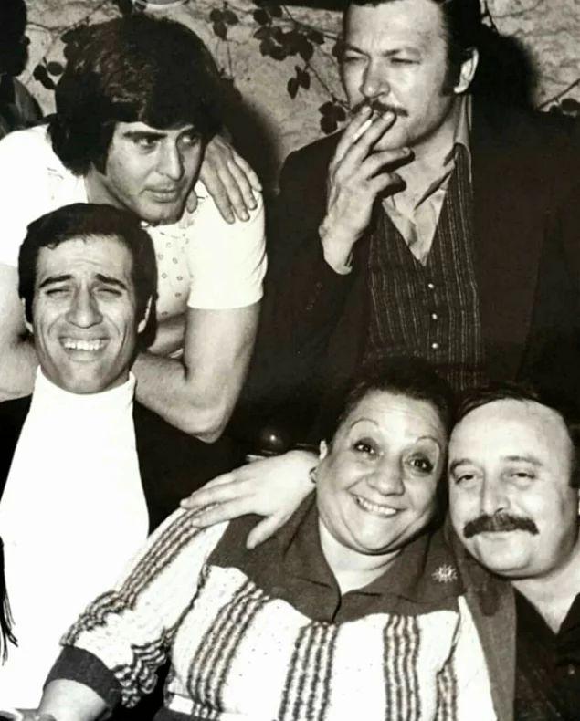 Tarık Akan, Kartal Tibet, Kemal Sunal, Adile Naşit, Ergin Orbey, 1977 yılına ait bir karede.
