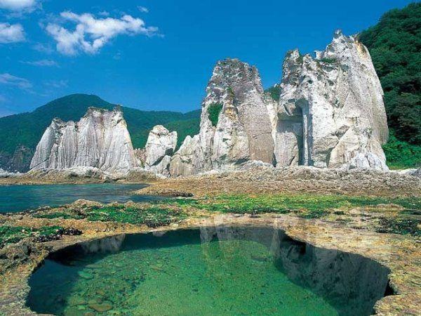 はるか昔、数百年続いた火山噴火によって日本列島はかたち作られました。いまでもその片鱗を見ることができるパワースポットがあります。日本列島誕生のダイナミックさを感じるパワースポット!!青森県下北半島「仏ヶ浦」。