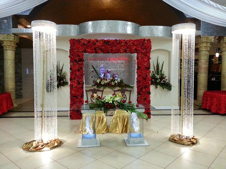 Area principal para los novios arco con color rojo y - Decoracion columnas salon ...