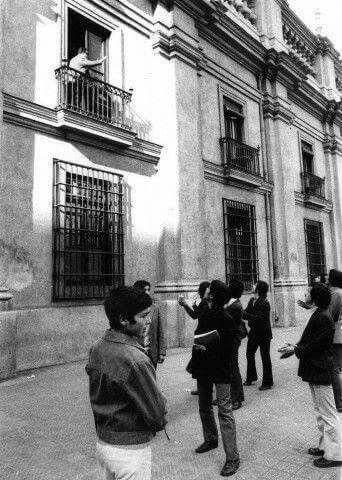 Última foto del Presidente Salvador Allende saludando a su pueblo desde el Palacio de La Moneda. Santiago de Chile, 11 de septiembre de 1973.  #SoyAllendista