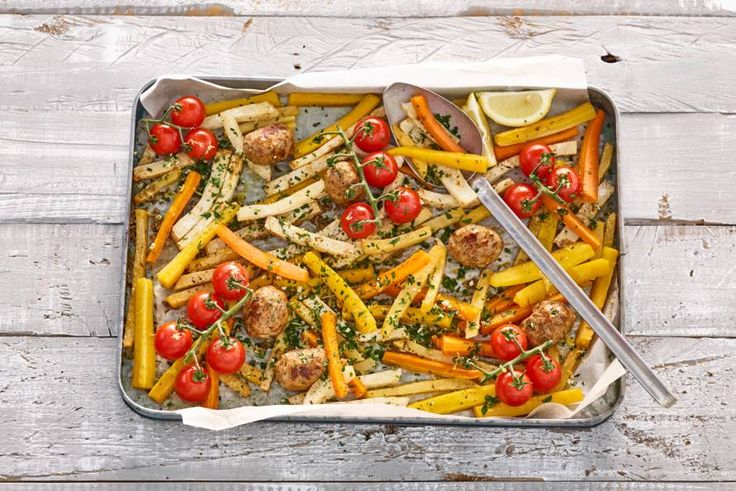 Kijk wat een lekker recept ik heb gevonden op Allerhande! Traybake met gehaktballetjes, groentefriet en gremolata