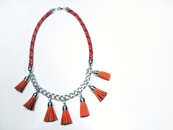 Climb rope necklace with suede tassels in red and orange