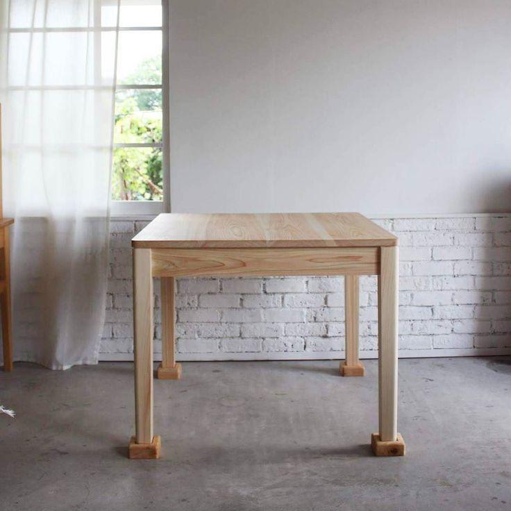 テーブルが下駄を履いております 顔を描いたら変な生き物みたいですが 料理教室の時にテーブルを作業台として使うの為の継ぎ足しの脚です ずれないように少し堀り込んでます  #テーブル#ダイニングテーブル#インテリア#シンプル#シンプルインテリア#暮らし#料理#料理教室FBF家具#interior#furniture#natural#naturalinterior#woodwork#design de kouichikisimoto