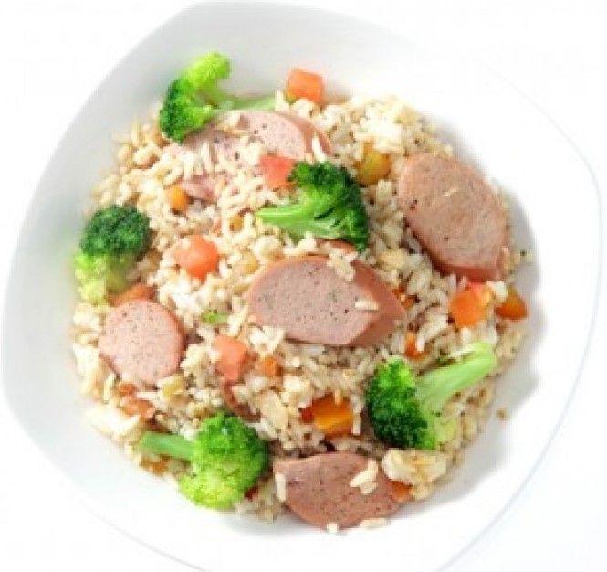 Punya sosis dan brokoli di kulkas? Kreasikan dengan nasi dan sedikit krim. Jadilah Nasi Brokoli Sosis yang bisa jadi alternatif sarapan e...
