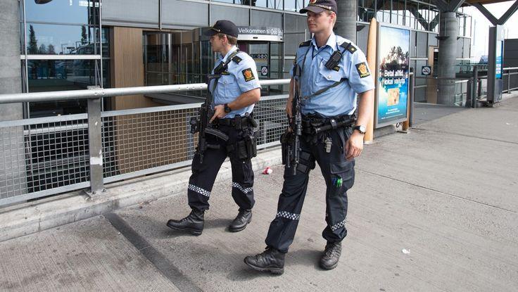 Væpnet politi, Gardermoen - Etter at PST opplyste at det trolig planlegges en terroraksjon mot Norge, er det mer synlig politi enn noen gang over hele landet. - Foto: Braastad, Audun / NTB scanpix