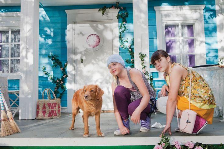 Onneli, Anneli ja Salaperäinen muukalainen -elokuva perustuu Marjatta Kurenniemen rakastettuun lastenkirjaan Onneli, Anneli ja orpolapset. Elokuvassa Onneli ja Anneli ovat kaksi ihan tavallista tyttöä, ehkä vain hieman onnellisempia kuin monet muut, onhan heillä satumainen mahdollisuus asua kahdestaan rouva Ruusupuun heille suunnittelemassa talossa Ruusukujalla. #tampere #elokuva #finnkino #Onneli #Anneli