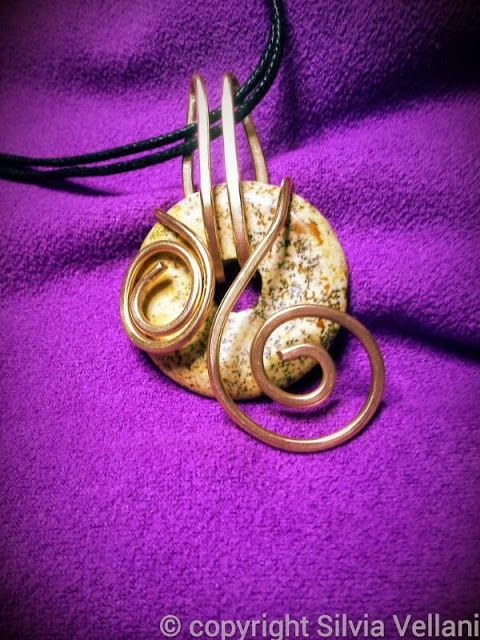Marea di Leuko: Ciondolo con pietra pi o donut in diaspro paesaggio e bronzo Bronze donut pendant with jasper
