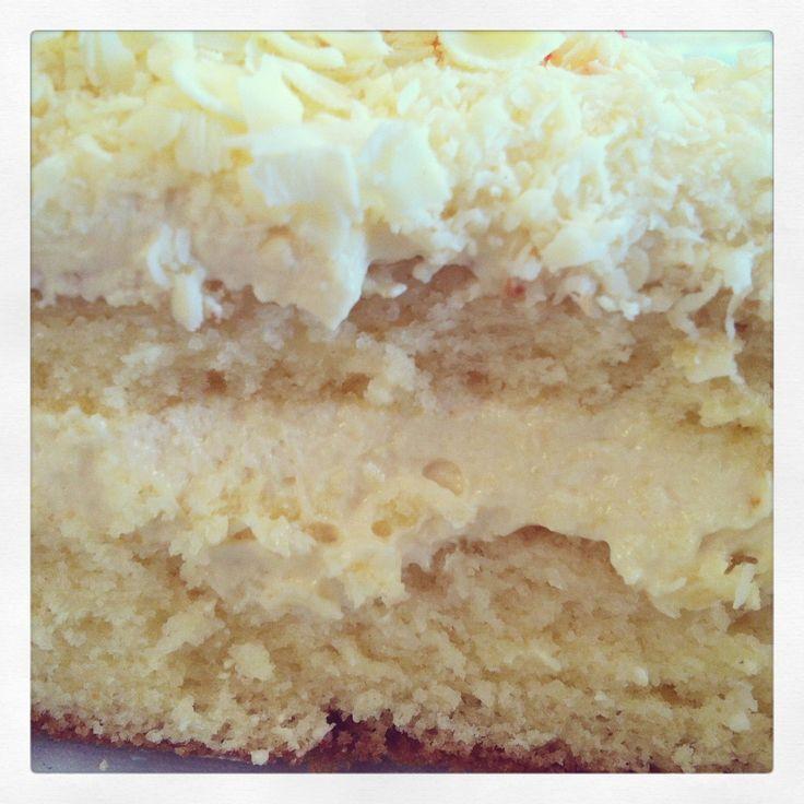 Olá, fiz este bolo para comemorar o aniversário da Patrícia, minha amiga. Ela adorou. Ficou muito bom. Eu recomendo.  Se você seguir o passo...