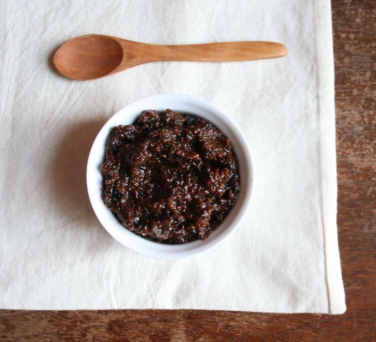 A We love olíva lakásétterem egyik remek receptje az alábbi szuper egyszerű fügés olívakrém volt. Kevés hozzávaló, rövid elkészítési idő és egy különleges krém sajtokhoz és sült húsokhoz. Ebben a receptben különösen fontos a fekete olívabogyó típusa, mert az összeaszott, intenzív ízűkalamata fekete…
