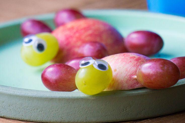 Traktaties moeten leuk zijn en kunnen ook gelijk gezond zijn. Neem deze fruit schildpadden. Ze zijn bijna te leuk om te eten.