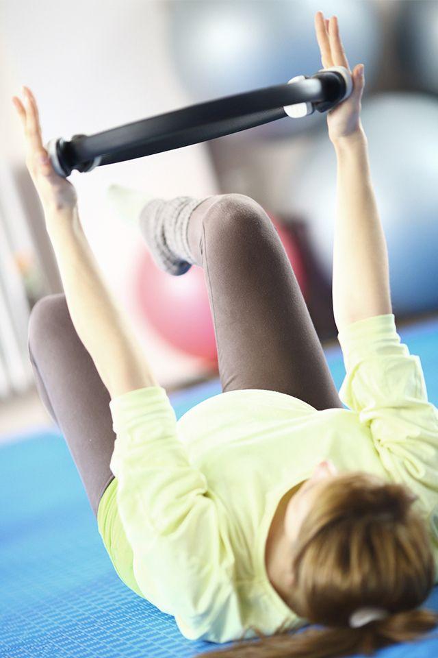 Leichtes Muskeltraining wie Pilates ist in der Schwangerschaft sehr zu empfehlen. Ab der 20. Schwangerschaftswoche sollten allerdings die Bauchmuskeln nicht mehr dynamisch gestärkt werden.