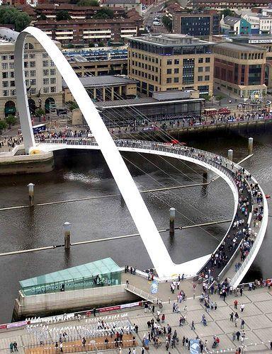 Gateshead Millenium Bridge, UK                                                                                                                                                     Mais