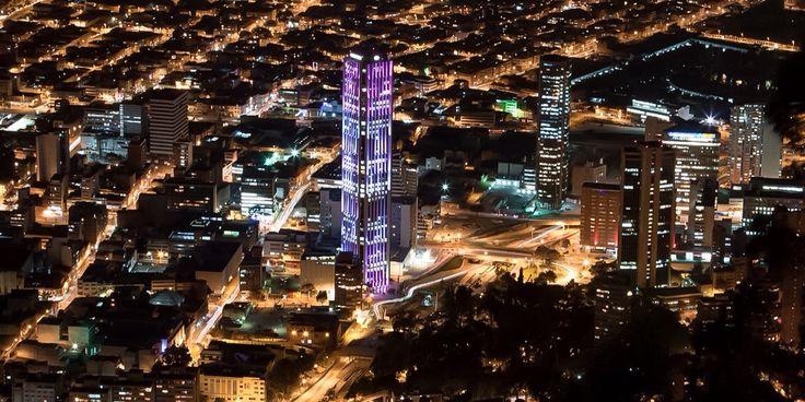 """Panorámica nocturna del Centro Internacional de Bogotá, en el centro el edificio """"Colpatria"""" iluminado. Bogotá, D.C."""