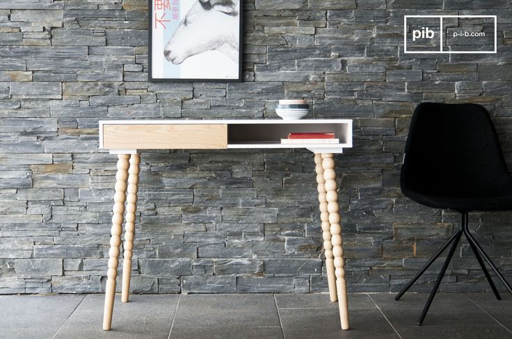 Kies voor een simpel bureau in je studeerkamer of kantoor. Fleur het geheel op met een gekleurde stoel of accessoires.