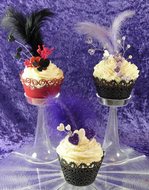 Gatsby-themed vintage cupcakes with feathers #wedding #cupcakes #vintage #gatsby…