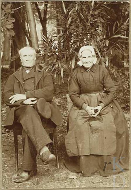 Cornelis van der Boom en Johanna Molenaar 1860-1920 man met bakkebaarden, pet in de hand, vrouw draagt streekmuts.