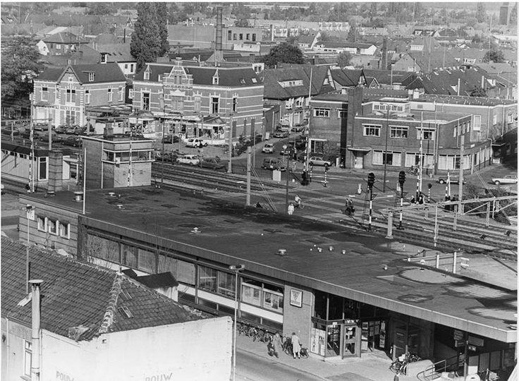 De grote spoorbomen en omgeving naast station NS in 1982