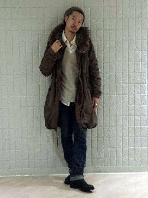 ひざ丈のカーキのモッズコートをシンプルに着こなす男性