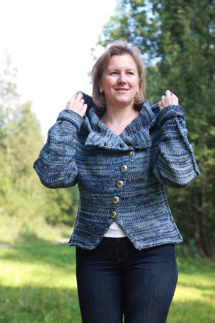 Косуха с объемным ниспадающим капюшоном, с косой застежкой на пуговицы, спущенное плечо, рукава с отворотом, фигурная баска, спереди от талии к бедрам с вырезом, декоративные швы. Все это делает ее уютной и комфортной. Куртку можно носить на две стороны. #вязаная #косуха #elenakhra_knit #куртка #пуловер #модная #одежда