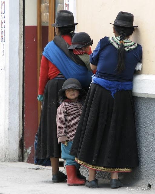 Quechua women and their children in Loja, Ecuador. Photo by René Palacio
