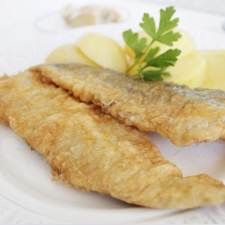 Filete de merluza a la romana. Filete de merluza rebozado con harina y huevo, acompañado de la guarnición que prefieras. Sin espinas, la forma más sencilla y asequible de añadir pescado a tu dieta ;)