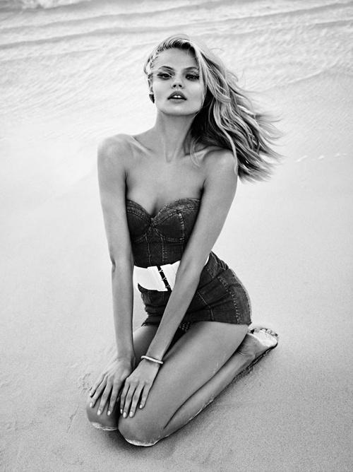 Магдалена Фраковьяк в солнечной, летней фотосессии на лазурном берегу.