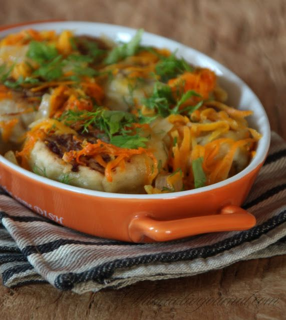 """Мясные рулеты """"Гусарики""""------------ тесто: 1 стакан муки+ ещё сколько возьмёт 2 яйца 2 ст.л воды щепотка соли   начинка: 500 г фарша 2 луковицы соль,перец,специи    овощная зажарка: 2 морковки  1 луковица 1-2 стакана  бульона"""