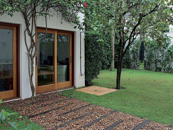 O chuveirão fica ao lado da frondosa amoreira e da murta, que camufla o muro. Projeto da paisagista Michelle Simoncello