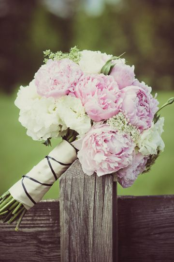 beautiful pink + white peony bouquet | Simply Charming Socials