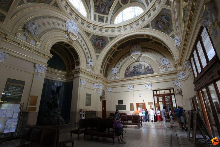Széchenyi Bath - inside  www.hungary-special.com