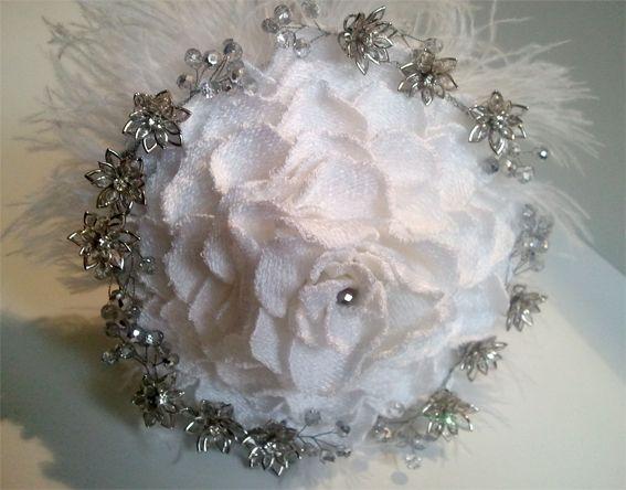 Ramo de novia joya para siempre. Rosmelia de pétalos bordados, artesanal.