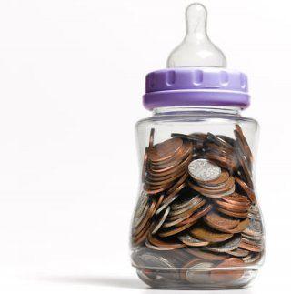 biberon tirelire argent piece monnaie  Combien coûte un bébé ? Quel budget prévoit pour bébé ?