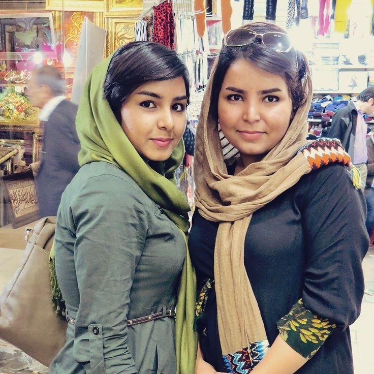 As iranianas são extremamente criativas na hora de se vestir já que não é fácil se sentir confortável e bonita com todas as regras do regime. Lá no Sunday tem um post-guia sobre o assunto perfeito para quem vai para o Irã. (Foto da @marciasteyer a coautora do post.) . . . #iran #ira #tehran #teera #middleeast #fashion #women #creativity #travel #travelblogger #travelgram #travelphotography #instatravel #wanderlust #travelblog #traveltheworld #travelpics #travelphoto#viagem #turismo…