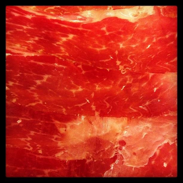 Una marea roja que marea sólo verla. El jamón sigue siendo el rey cuando la cena sólo acaba de comenzar. FUENTE: TO BE GOURMET > Facebook https://www.facebook.com/BeatrizTobegourmet - Twitter https://twitter.com/tobegourmet - Web http://tobegourmet.blogspot.com.es/
