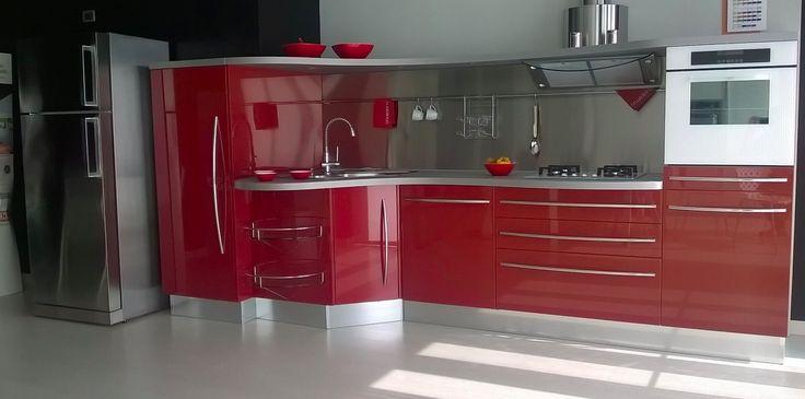 Cucina di alta gamma Snaidero, modello Skyline. Misure: L360xh164 cm, profondità massima 105 cm. Basi in laccato lucido rosso, piano di lavoro e mensola in laminato grigio chiaro. Completa di: lavello, piano cottura, cappa, lavastoviglie, forno, accessori vari. Sconto da no perdere -56%, affrettatevi! http://www.outletarredamento.it/cucine/cucina-snaidero-skyline-scontato-del-56.html#lightbox[gallery]/0/ #cucina #snaidero #skyline #offerteoutlet #outletarredamento